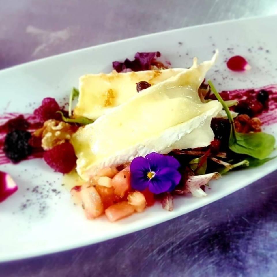 Ensalada de queso brie con frutos rojos